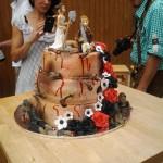 Braut und Bräutigam auf der Torte mid Mordwerkzeug