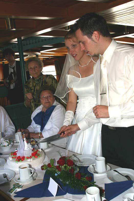 Torte Anschneiden Wer Hat Die Hand Oben Tipps Fur Brautpaare